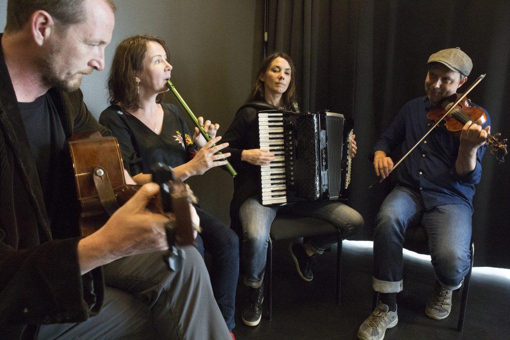 Nordic Sessions spelar på sina instrument.